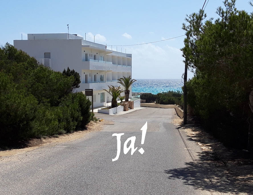 """Straße, in der Mitte des Bildes steht """"Ja!"""" geschrieben"""