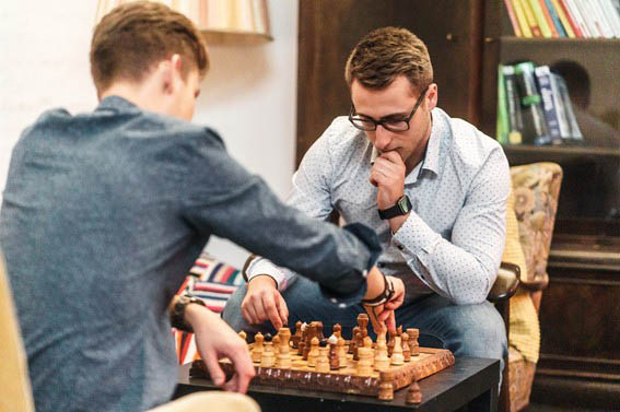 zwei Leute nachdenklich und angestrengt beim Schachspiel