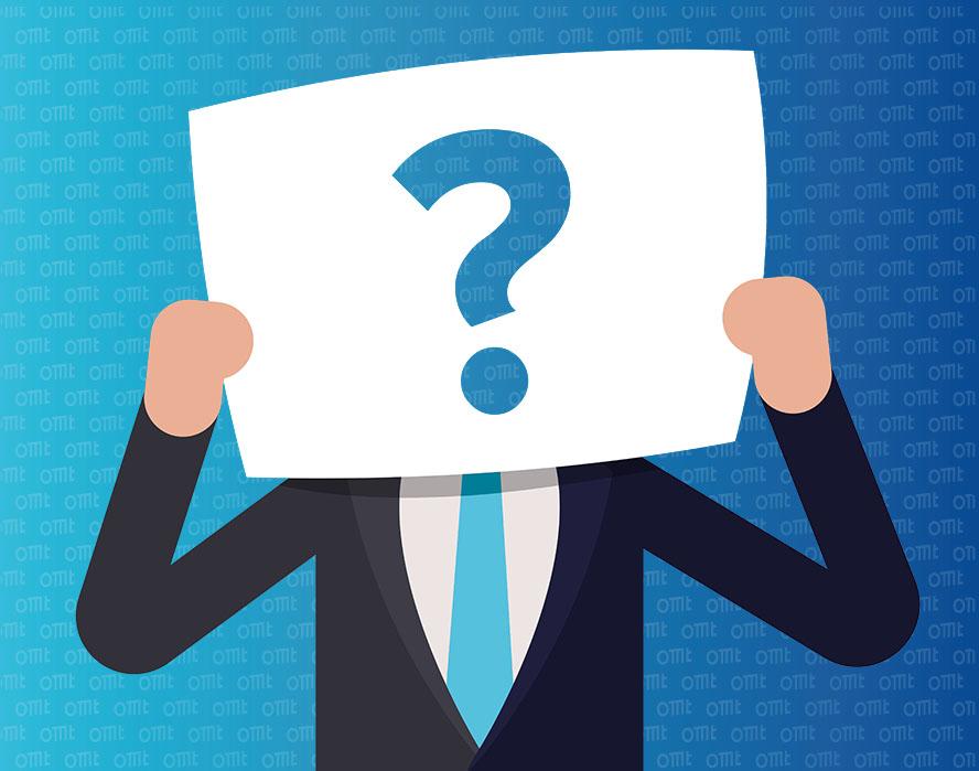 Mann hält sich Zettel mit Fragezeichen vor sein Gesicht