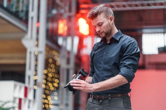 Mann schaut sich Aufnahme auf Fotoapparat an
