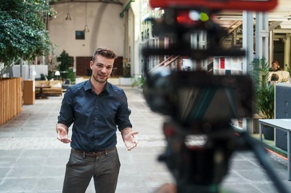 Mann spricht in Kamera