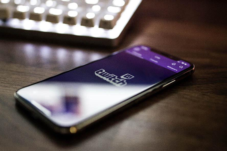 Smartphone mit der Twitch App