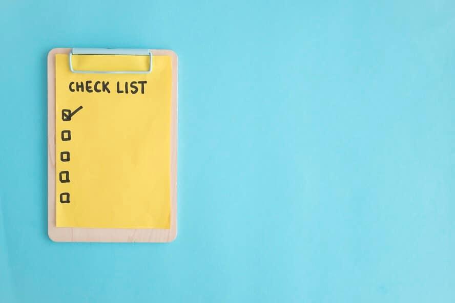 gelbe-check-liste-blanko-auf-hellblauem-grund