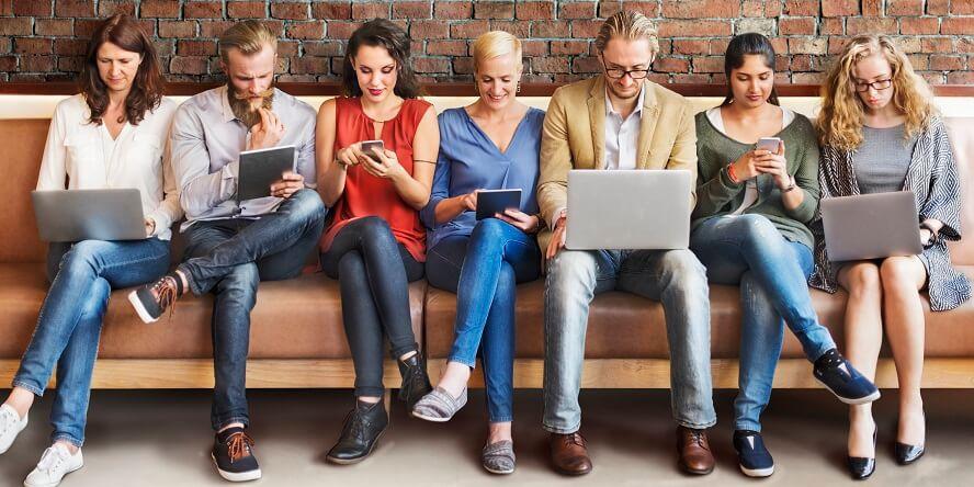 social-media-nutzer-auf-einer-couch